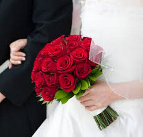 How to Make a Wedding Bouquet with Roses in Red